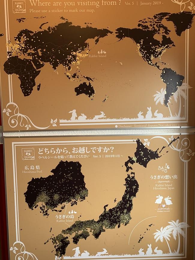 世界地図の至る所に丸いシールが貼られている図